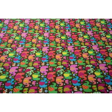 Bawełna 100% kolorowe słoniki na brązowym, czekoladowym tle